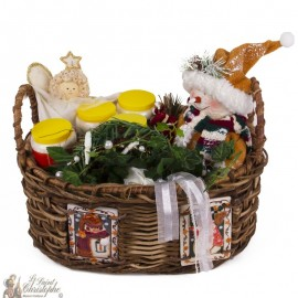 Basket decorated with Christmas ceramics with novena candles