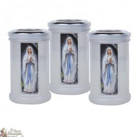 Nachtkaarsen om de Maagd Maria van Lourdes te bedanken
