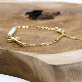 Bracelet perles nacrée avec croix en alliage doré