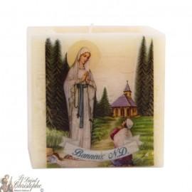 Duftende und farbige Kerze in der Jungfrau-Messe des Armen von Banneux N.D.