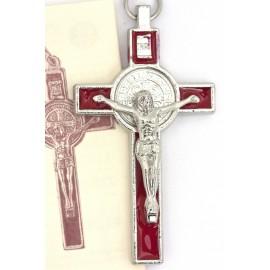 Croix de Saint Benoit en métal argenté fond rouge